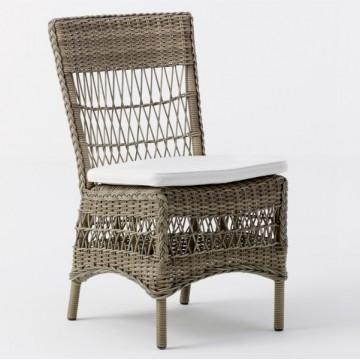 Chaise en résine tressée ton taupe et coussin blanc crème
