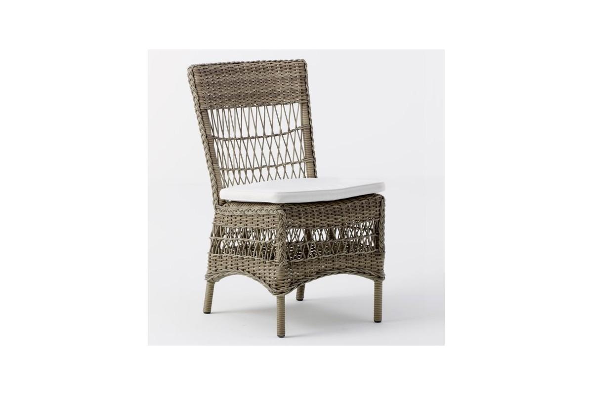 Chaise en r sine tress e avec un coussin blanc cr me la - Chaise longue en resine tressee ...