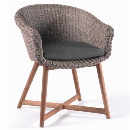 Chaise en résine tressée ronde avec un coussin et des pieds en teck, Montréal