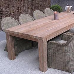 Table en teck massif pour le repas au jardin
