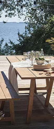 table et banc en teck massif au bord de la plage
