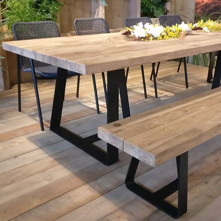 Grande table massive en teck et pieds acier noir